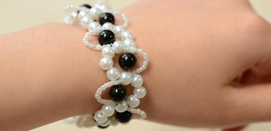 Perlen selber ein schwarzes und wei es perlenarmband in welle design herstellen - Perlenarmband selber machen ...